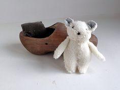 Hanging Houses: Klein wit knuffelbeertje in een bruine klomp, helemaal handgemaakt, lief als kraamcadeautje