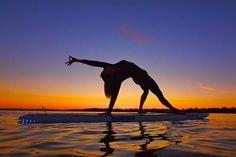 Stand up paddle yoga - La nouvelle discipline en vogue Paddle Yoga, Paddle Board Yoga, Sup Yoga, Yoga Photos, Yoga Pictures, Yoga En Plein Air, Sup Girl, Yoga Nature, Ski