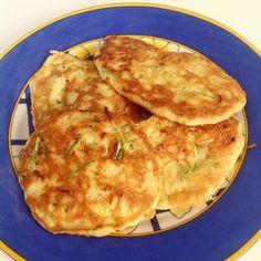 Fritada de abobrinha feita com 2 ovos, 1 xícara de abobrinha fatiada, 1 xícara de queijo parmesão ralado, 2 colheres de farinha de amêndoas e temperos a gosto.