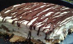 Συνταγή της Μαρίνα- Αλέξης  Υλικά  300 γρ. μπισκότα πτί μπέρ 150 γρ. βούτυρο 200 γρ. σαντιγί φυτική 1 ζαχαρούχο γάλα 1 εβαπορέ γάλα 1 βανίλια 1 πακέτο γεμιστά μπισκότα Παπαδοπούλου  Εκτέλεση  Θρυμματίζουμε στο μούλτι τα μπισκότα και τα ανακατεύομαι με το λιωμένο βούτυρο. Το ρίχνουμε και το στρώνουμε ομοιόμορφα σε μία στρογγυλή φόρμα τσέρκι και το τοποθετούμε στην κατάψυξη μέχρι να ετοιμάσουμε τα υπόλοιπα. Χτυπάμε πρώτα την κρέμα γάλακτος -παγωμένη -να γίνει πηχτή σαντιγί. Μετά προσθέτουμε το