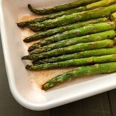 Air Fryer Honey-Sriracha Asparagus Pan Fried Asparagus, Easy Asparagus Recipes, Saute Asparagus, Asparagus Dishes, How To Cook Asparagus, Italian Side Dishes, Vegetarian Paleo, Vegetable Dishes, Honey