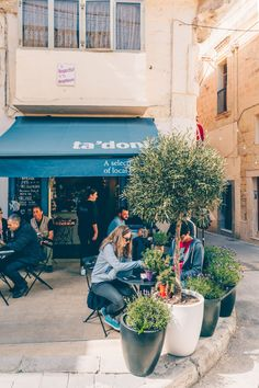 This quick food guide to Valletta & Malta helps you to navigate through the many cafes and restaurants on this beautiful island in the Mediterranean Sea Malta Restaurant, Malta Valletta, Malta Island, European Countries, Mediterranean Sea, Study Abroad, Beautiful Islands, Real Estate Marketing, Quick Meals
