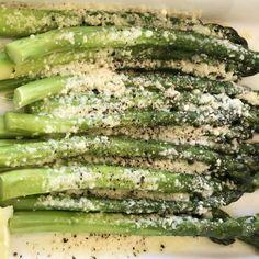 Cacio e Pepe Roasted Asparagus - Barefoot Contessa Side Dish Recipes, Vegetable Recipes, Vegetarian Recipes, Cooking Recipes, Healthy Recipes, Cooking Tips, Fruits And Veggies, Vegetables, Asparagus Recipe