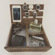 A bedside or dresser-top valet is a great thing to have, but most of them are too small to hold all of our stuff. Not so for this reclaimed wood organizer Woodworking Furniture, Woodworking Shop, Woodworking Crafts, Woodworking Plans, Diy Furniture, Youtube Woodworking, Woodworking Equipment, Intarsia Woodworking, Woodworking Basics