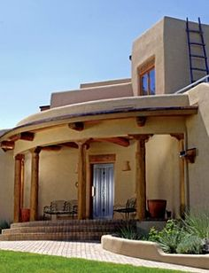 With adobe or stucco walls, the modern style of Pueblo Revival homes makes use of natural materials and angular lines. LOVE LOVE LOVE!