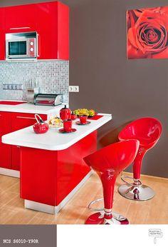 Czerwone meble kuchenne +brązowy kolor ścian