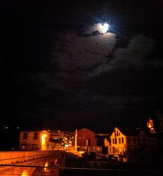 Boa noite :D Sabemos que não é uma foto de grande qualidade mas a felicidade do momento compensa a partilha. O luar ontem à noite sobre a Ponte Velha de Arcos de #Valdevez. Imensamente mais belo e surpreendente presencialmente. Ao vivo e a cores - http://ift.tt/1MZR1pw -