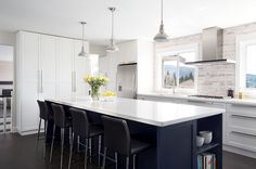 Georgeous black and white kitchen! contemporary kitchen by Moeski Design Agency White Kitchen Interior, Interior Design Kitchen, Kitchen Designs, Interior Decorating, Decorating Ideas, Boutique Interior, L Shape Kitchen Layout, Vancouver, Espresso Kitchen Cabinets