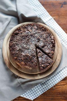 La torta di pane raffermo: il latte bollente ammolla il pane secco e lo rende la base di partenza per una torta rustica e umida, che arricchirete con due cucchiai abbondanti di cacao amaro, frutta secca, un uovo e un po' di zucchero.