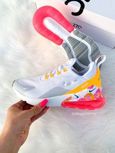Swarovski Nike Air Max 270 Schuhe mit Swarovski-Kristallen Bling Nike Shoes Floral – Kelby Mayberry – join in the world of pin Bling Nike Shoes, Cute Nike Shoes, Cute Nikes, Nike Air Shoes, Cute Sneakers, Sneakers Mode, Sneakers Fashion, Nike Socks, Nike Tennis Shoes