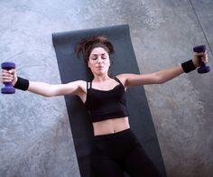 Kurzhantel Flyes stärken die Brustmuskeln: Arme seitlich neben dem Körper ausstrecken, gerade über dem Körper zusammenführen
