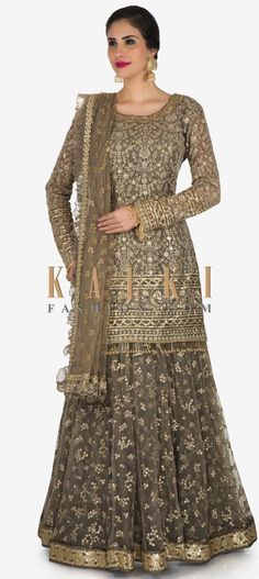 You can nail your style single time if you go for this grey skirt suit. The short kurti suit is featured in silk fabric and is heavily embroidered. Desi Wedding Dresses, Indian Wedding Outfits, Indian Outfits, Indian Clothes, Ladies Suits Indian, Indian Attire, Mehndi, Henna, Stylish Dress Designs