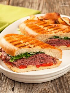 A delicious toasted panini made with layers of rare deli roast beef fontina cheese fresh spinach roasted red peppers and a garlic-gorgonzola mayo spread. Roast Beef Panini, Roast Beef Sandwiches, Roast Beef Recipes, Vegetarian Sandwiches, Paninis, Pannini Sandwiches, Deli Sandwiches, Dinner Sandwiches, Sandwich Bar