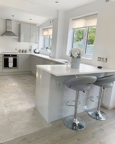 Fascinating and clean kitchen. Happy friday House cleaned, bear walked and dinner is on!      You may hav Open Plan Kitchen Living Room, Kitchen Room Design, Cozy Kitchen, Kitchen Ideas, Decor Interior Design, Interior Styling, Inspire Me Home Decor, Beautiful Kitchens, Clean House