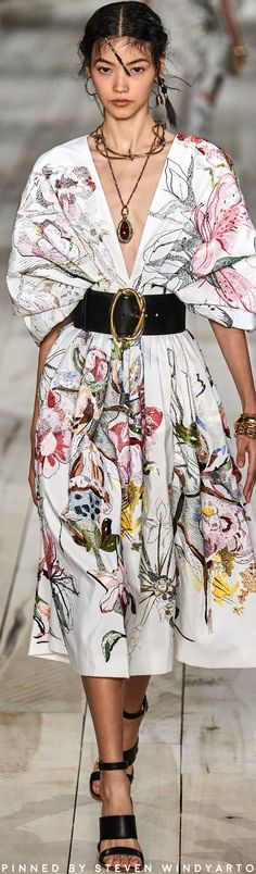 Alexander McQueen Spring 2020 Fashion Show The complete Alexander McQueen Spring 2020 Ready-to-Wear fashion show now on Vogue Runway. Fashion 2020, Runway Fashion, Trendy Fashion, Spring Fashion, High Fashion, Fashion Show, Fashion Outfits, Womens Fashion, Fashion Design