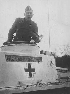"""El comandante del tanque del StuG es un SS-Obersturmführer, de la SS-Panzer-Grenadier-División """"Götz von Berlichingen""""."""