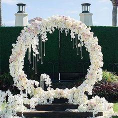 Beautiful ceremony backdrop! Breathtaking floral design by /blushbotanicals/ Photo: @jana_williams_photos.