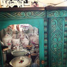 Decoração em turquesa... adorei o resultado! Pintei minha cristaleira!!!