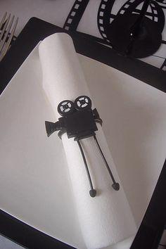 Rond de serviette caméra réalisé à la main en argile polymère monté sur fil aluminium. Idéal pour un thème cinéma. Personnalisez votre décoration avec cet accessoire unique.