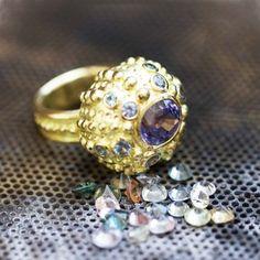 Bague oursin or et pierres fines par Hélène Courtaigne Delalande pour l'Atelier des Bijoux Créateurs.