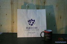 Bolsas de papel con logotipo.
