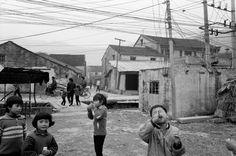 Patrick Zachmann CHINA. Province of Zhejiang. Village of Xin Ju. February 1991.