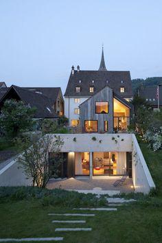 I Muttenz, Basel i Schweiz så har Oppenheim Architecture renoverat ett traditionellt hus och byggt ut det med en modern utbyggnad.
