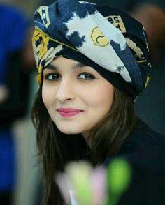 Alia Bhatt Cute Stills Beautiful Bollywood Actress, Beautiful Indian Actress, Beautiful Ladies, Beautiful Eyes, Indian Celebrities, Bollywood Celebrities, Bollywood Stars, Bollywood Fashion, Bollywood Photos