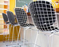 Criada pelo designer italiano Harry Bertoia, na década de 50, o desenho clean e inusitado fez da linha Bertoia um clássico. A Banqueta Bertoia Cromada com Assento e Encosto Amarelo é perfeita para um ambiente descontraído e contemporâneo, possibilitando seu uso no balcão da cozinha ou no bar. Escolha entre as diversas opções de cores e valorize seu espaço com esse ícone do design - na opa 439,00