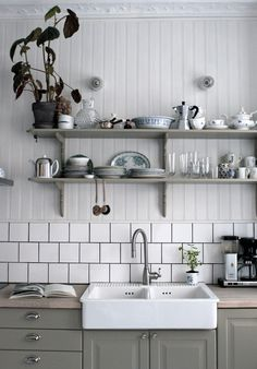 Whether your kitchen is modern or traditional look, there is an endless option for your kitchen backsplash ideas to match it. The kitchen backsplash is a must, functionally and aesthetically Country Kitchen, New Kitchen, Kitchen Dining, Kitchen Decor, Kitchen Sink, Awesome Kitchen, Green Kitchen, Deco Design, Küchen Design