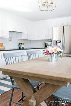 This DIY kitchen makeover is so awesome, you won't believe the before and after photos! Chalk Paint Kitchen Cabinets, Kitchen Cabinet Remodel, Farmhouse Kitchen Cabinets, Cottage Kitchens, Modern Farmhouse Kitchens, Diy Cabinets, Decor Inspiration, Simple, Paper Towels