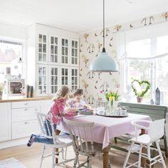 Ida og Niclas har skapt et hjem med god plass til tre barn. Og det hvite huset er akkurat passe lekent med pastellfarger og mønstrete tapet.
