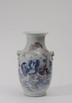 Vase balustre en porcelaine CHINE - XIXe siècle  finement décoré en émaux rouge de fer et bleu sous couverte, de Trois Immortels terminant un festin, se préparant à la cérémonie des parfums, avec deux anses en relief formant une tête de lion. Marque apocryphe Yongzheng en zhuanshu Adjugé: 3600 €