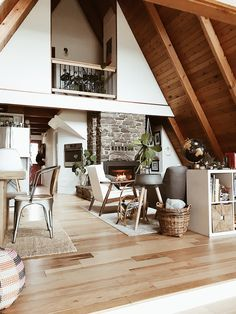 How To Decorate Home To Feel Like A Cozy Cabin Modern Decoration modern cabin decor Modern Cabin Interior, Modern Cabin Decor, Home Interior Design, Modern Cabins, Beautiful Houses Interior, Style At Home, Living Room Designs, Living Spaces, Living Rooms