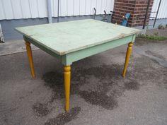 Upea, iso vanha ruokapöytä, tukeva ja ehjä, maalipinta patinoitunut ihanasti, jalat maalattu jälkeenpäin.  150 x 110 cm.  150 euroa.