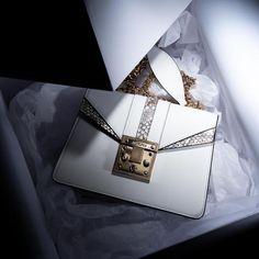 Luxusní bílá kabelka přes rameno od Antorini.cz Louis Vuitton Twist, Shoulder Bag, Bags, Fashion, Luxury, Handbags, Moda, Fashion Styles, Shoulder Bags