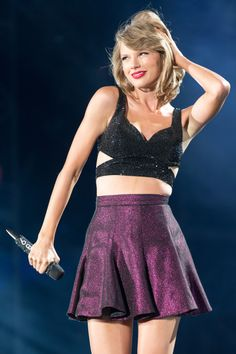 "Taylor Swift singing ""New Romantics"" at the 1989 Tour - I want that top so bad <3"