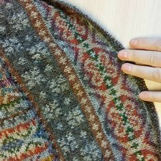 Fair Isle is located in the far north of Scotland halfway between the Orkney Islan. Motif Fair Isle, Fair Isle Pattern, Fair Isle Knitting Patterns, Knit Patterns, Knit Stranded, Fair Isles, Crochet Wool, Yarn Thread, How To Purl Knit