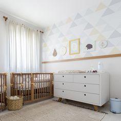 """Agora disponivel no on-line em rolo de 1m de largura x 2,80 de altura. 5 variações de cores. Papel Triângulos Uauá, de um """"tchan"""" na sua parede! Baby Bedroom, Baby Boy Rooms, Flat Design, Decoration, Cribs, Kids Room, Nursery, Contemporary, Furniture"""