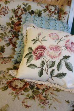 When you cannot beat a vintage flower print couch, embrace it. Crochet pillow sham, modern textured pillow and a whole lot of vintage flowers. Love this combo Vintage Flower Prints, Vintage Flowers, Tiny Apartment Decorating, Gordon Parks, Pillow Texture, Crochet Pillow, B & B, Pillow Shams, Throw Pillows