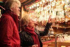 Es sind jedes Jahr wieder viele Menschen sehr begeistert von unseren schönen Weihnachtsmarktständen.