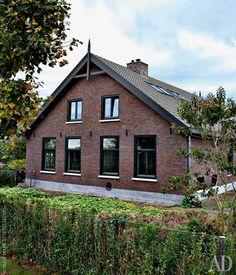 Вид на дом из сада. Старые окна фермы заменены современными металлическими, акрыша покрыта гонтом.