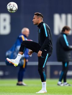Neymar juggles the ball during a Barcelona training session ahead of their UEFA Champions League quarter final first leg match against Atletico Madrid at San Joan Despi training ground on April 2016 in Barcelona Fc Barcelona Neymar, Barcelona Futbol Club, Lionel Messi, Barcelona Training, Neymar Pic, Soccer Skills, Dynamic Poses, Professional Football, Uefa Champions League