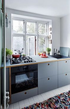 my scandinavian home: Embracing The Blues In The Fabulous Danish Home of Michael Schmidt New Kitchen, Kitchen Dining, Kitchen Cabinets, Danish Kitchen, Cheap Furniture, Kitchen Furniture, Furniture Stores, Furniture Outlet, Furniture Websites