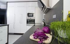 Pracovní desky z dekorů kamene i jeho imitací ukazují na vytříbený vkus. Tato dominantní bílá kuchyň na míru se pyšní spoustou úložného prostoru a praktická roletka dovoluje ponechat váš kávovar, mixér či toustovač pořád po ruce a přitom elegantně uklizené. Skvělé sladěný design kuchyně se spotřebiči působí exkluzivním dojmem.
