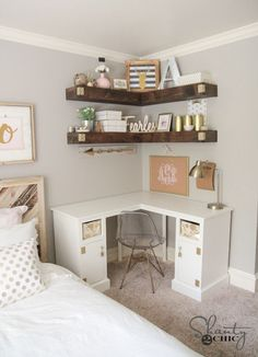 DIY corner desk with floating shelves. I would love this in my new room! White Corner Desk, Corner Space, Corner Wall, Corner Desk Diy, Desk Space, Corner Vanity Table, Wooden Corner Desk, Corner Dressing Table, Corner Desk With Hutch
