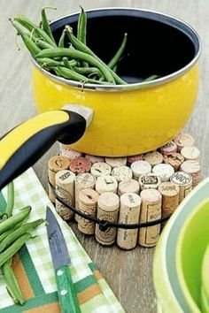 From now on save all your corks from your wine bottles to make this easy work top pan cooler, you can even paint it different colours with (heat resistent paint)