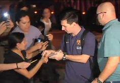Messi firmando autógrafos antes del clásico. Mundo Deportivo el diario deportivo Online