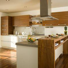 Cuisine 2 tons. La majorité des armoires de cuisine réalisées en Noyer naturel. Modules du bas en MDF laqué. Comptoir en stratifié.