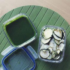 En las próximas semanas va a haber poca variedad de ingredientes así que puede que se os haga un poco aburrida la galería. Veréis más carne y pescado de lo habitual y menos verdura y fruta (emoji lo que me cuesta), pero después, poco a poco volverá (espero) a ser lo más variada y verde posible. Estoy en mitad de un experimento que os contaré cuando termine en unos meses... #menuEnElTrabajo: #pure de #calabacin + #espinacas + #salMarina #sinRefinar + #aceiteDeCoco #prensadoEnFrio y #bacalao…
